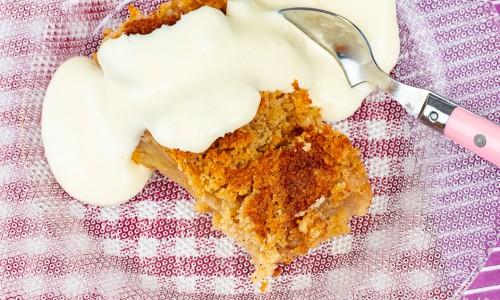 Äppelkaka med ströbröd serverad med vaniljsås på assiett