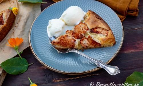 Äppelkladdkakan är god att servera med vaniljglass eller vispad grädde