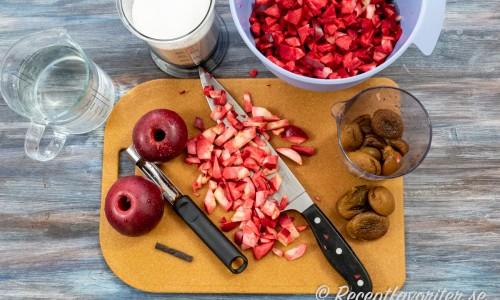 Ingredienser till marmeladen: röda rosette-äpplen, aprikoser, syltsocker, vaniljstång och vatten.
