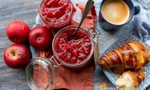 Röd äppelmarmelad i burk, Rosette-äpplen samt croissant och kaffe.