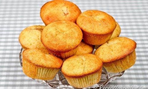 Äppelmuffins. Baka goda muffins med äppelbitar i.