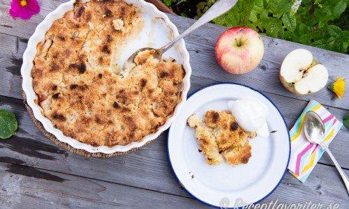 Äppelpaj med smuldeg av smör, vetemjöl och lite socker.