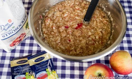 Skär eller riv äpplen i bitar och laka ur smaken i vatten.