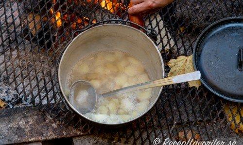 Äppelsoppa i gryta över lägerelden