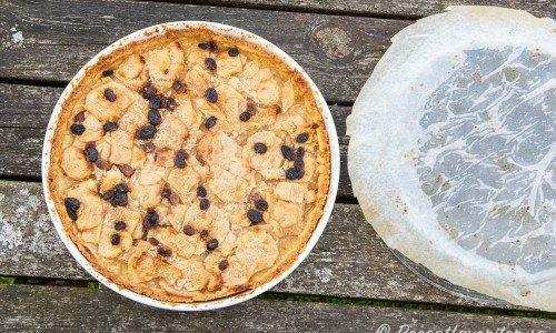 En fin äppeltarte som fått ligga i press är nu redo att serveras ljummen eller kall. Eller så värmen du på den.