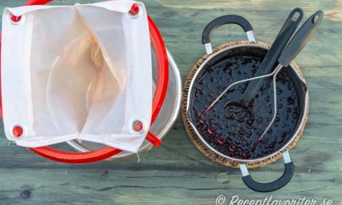 Kokta aroniabär i kastrull med silställning