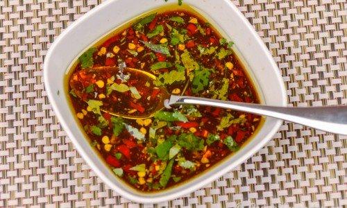 Asiatisk dressing eller marinad i skål