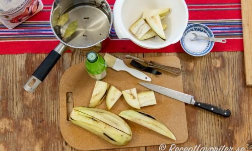 Ingredienser till inlagd aubergine