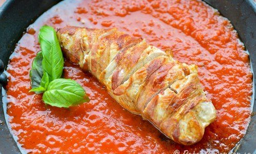 Baconlindad kalkonfilé med soltorkade tomater i tomatsås.