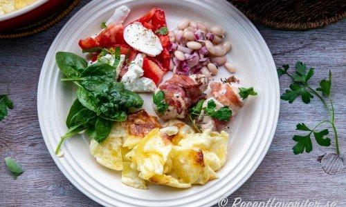 Potatisgratängen serverad som tillbehör till kyckling