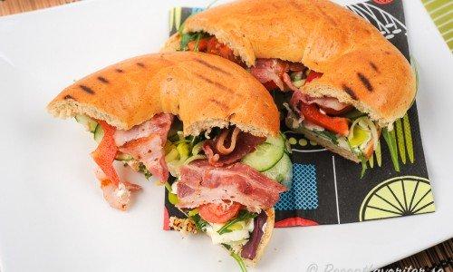 Bagels med färskost, sallad och bacon