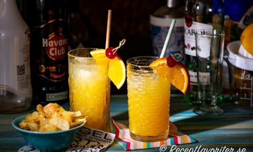 Bahama Mama longdrink eller cocktail med mörk och ljus rom, ananas, apelsin och kokoslikör samt citron.