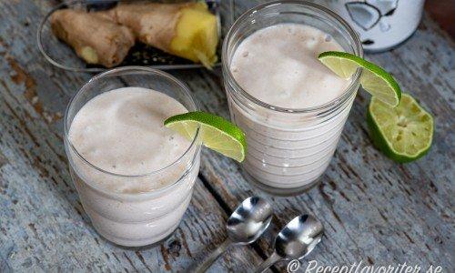Banansmoothie med kokos och lime i glas