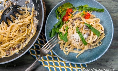 Bavette är en slags tillplattad spagetti som blir mycket god pastarätt blandad med krämig färskost, skogschampinjon, vitlök och chili. Självklart blir det gott med spagetti, penne eller tagliatelle också.