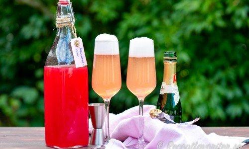 Två glas läskande plommonbellini med mousserande vin och sötsyrlig plommonsaft.