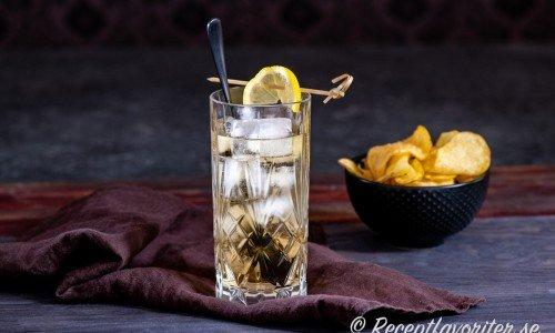 Bermuda Highball med gin, konjak, martini och ginger ale.