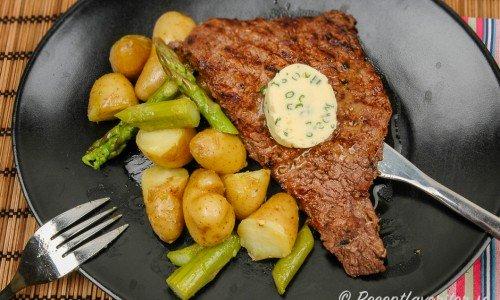 Grillbiff med vitlökssmör och potatis samt sparris