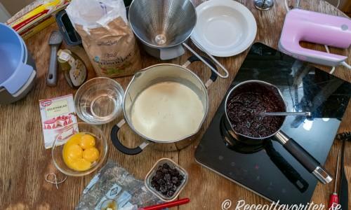 Ingredienser till björnbärsglassen - gelatinblad, äggulor, honung, socker, grädde och björnbär.