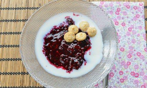 Björnbärskräm med gräddmjölk och mini-mandelbiskvier.
