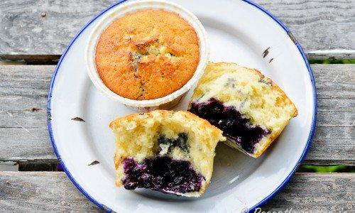 Lägg blåbär i smeten när du bakar så får du blåbärsmuffins - du kan blanda i valfria bär, mosad banan, tärnad frukt eller krossad choklad - använd fantasin.