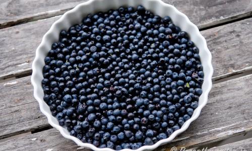 Smörj en pajform med lite smör och täck botten med svenska goda blåbär och strö över lite socker.