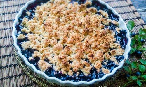 Blåbärspaj med smuldeg. God att servera varm med vaniljsås, vaniljglass eller en klick grädde.