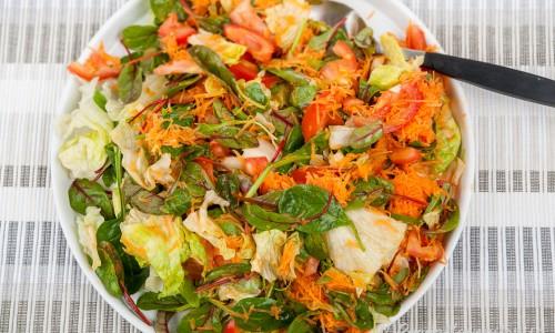 Blandad sallad med tomat och morot