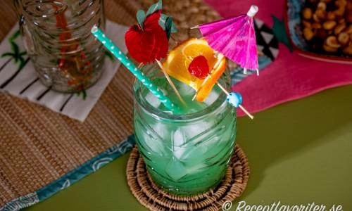 Blue Hawaii drink i tiki-glas med garnering