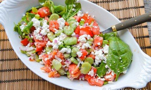 Bondbönsallad med fetaost och tomater på fat.