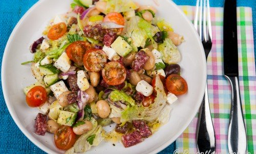 En god sallad med stora vita bönor, salami, fetaost och grönsaker.