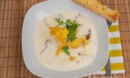 Bönsoppa smaksatt med tryffelolja. Här med stekt ostronskivling samt toppad med friterad svartrot.