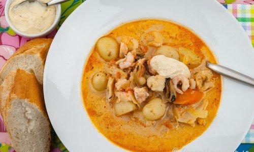 Bouillabaisse fisksoppa eller fiskgryta serverad i tallrik