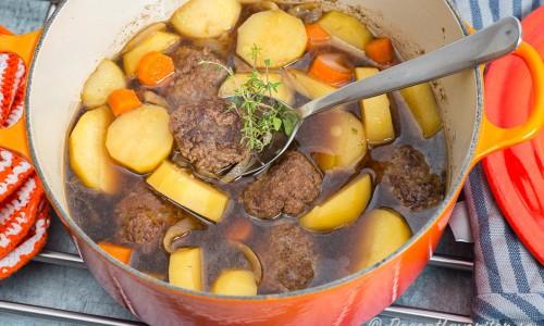 Bräserade köttfärsbiffar i porteröl i Le Creuset-gryta