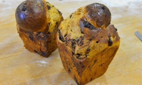 Briochebröd bakade i form med chokladbitar i
