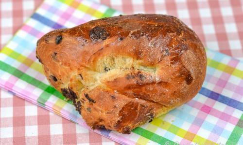 Chokladbrioche bakad som ett litet bröd eller fralla