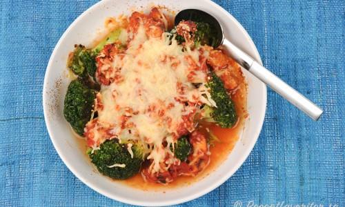 Broccoligratäng med kyckling i tomatsås