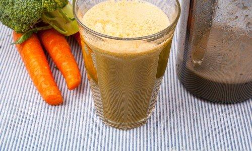 Broccolijuice med morot och gurka i glas