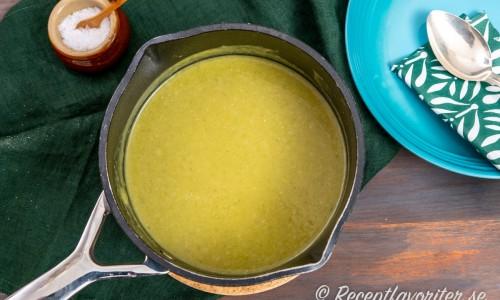 Mixad soppa med broccoli och ädelost i kastrull.