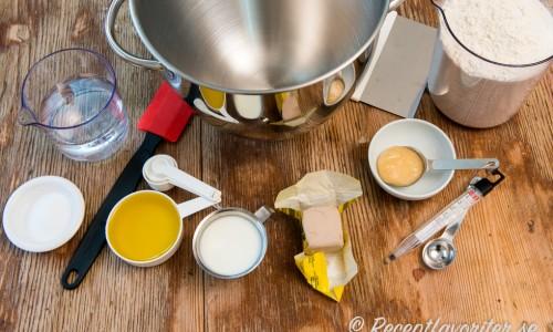 Ingredienser till ett bröd med jäst. Vatten, salt, honung, naturell yoghurt eller filmjölk, färsk jäst, honung och vetemjöl special. Degbunke, degskrapa, slickepott, mått och termometer är också bra att ha.