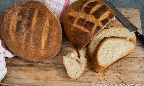 Bröd med jäst - ett grundrecept på ljust bröd eller limpa. Kan även bakas som frallor.