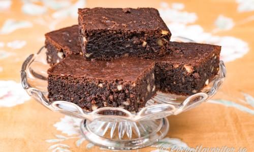 Brownies med honung på fat