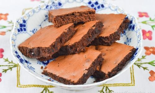 Brownies serverade på fat till fika