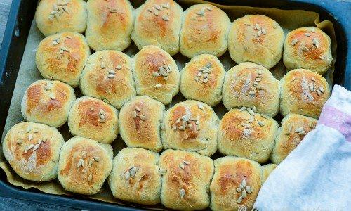 Brytbröd med skållat rågmjöl bakade i en långpanna.
