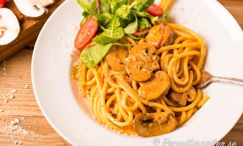 Bucatini pasta med svamp på tallrik