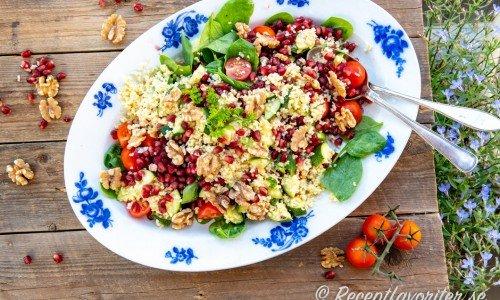 Vegan mat och maträtter med plantbaserade råvaror. Ovan bulgursallad med granatäpple.
