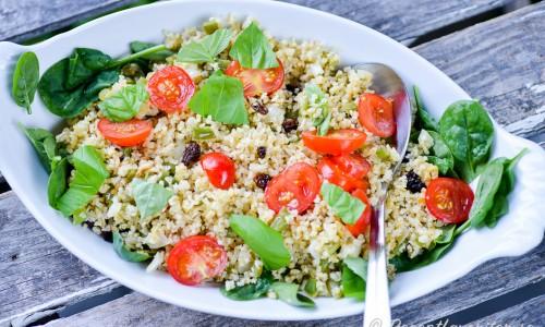 Kokt bulgur är gott att blanda till en sallad och tillbehör med valnötter, russin, spenat och tomater.