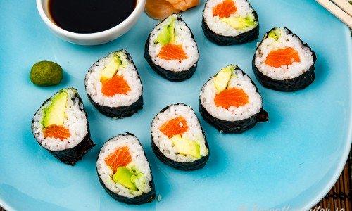 Californiarolls på tallrik med wasabi, gari och soja