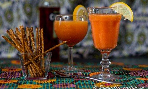 Campari med färskpressad apelsinjuice blir en god fördrink, välkomstdrink eller longdrink
