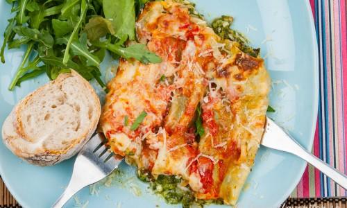 Cannelloni med spenat och ricotta på tallrik med grönsallad och bröd