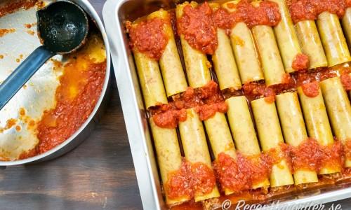 När pastarören är fyllda toppar du med resten av tomatsåsen.